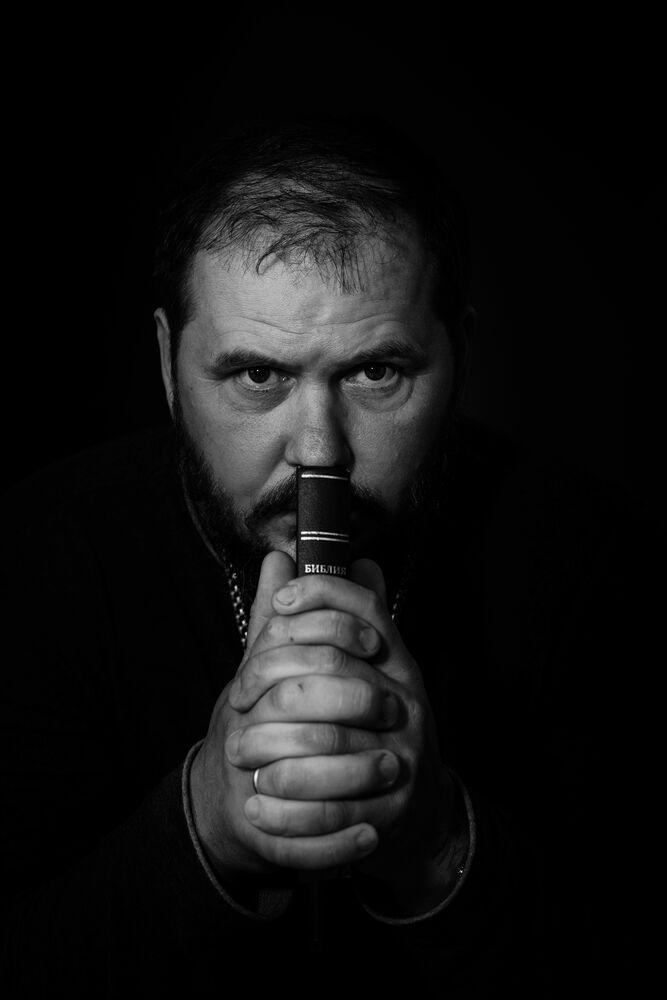 chaplain on the frontline in ukraines conflict - photo by garrett n