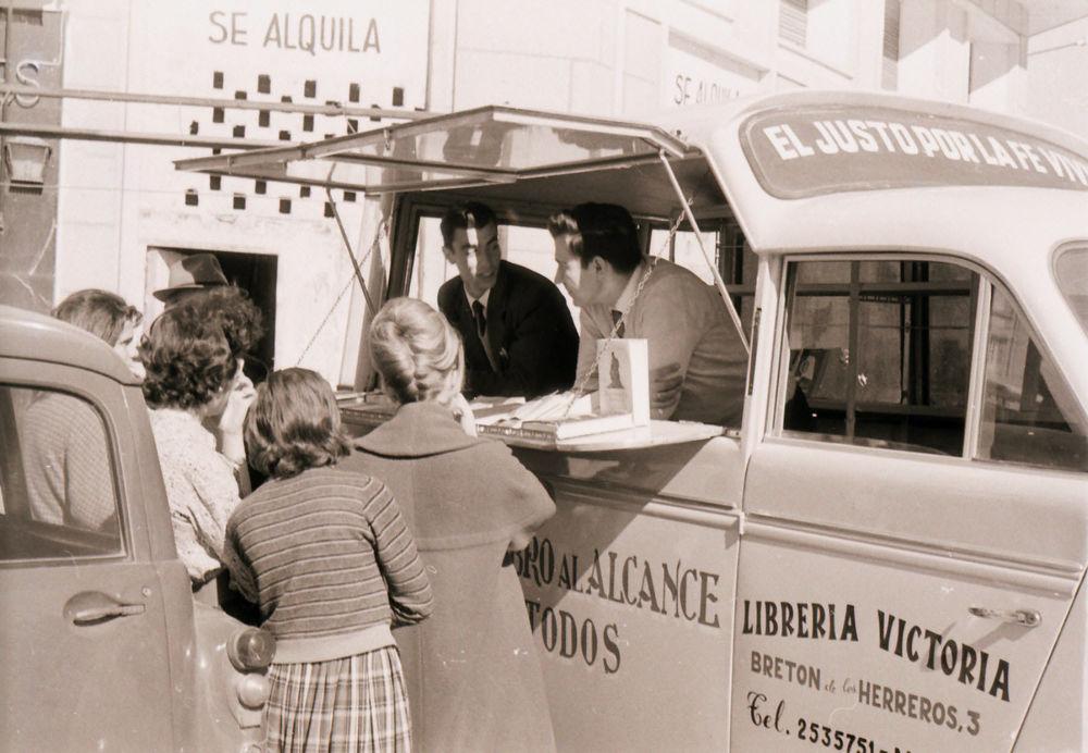 Literaturverteilung in Spanien aus einem Auto in den 1960er